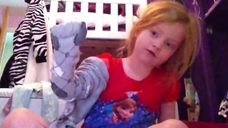Little girl adorably explains how to put on tights - Video