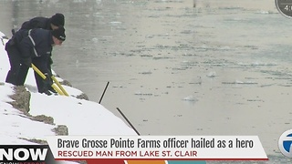 Brave officer saves man in river - Video
