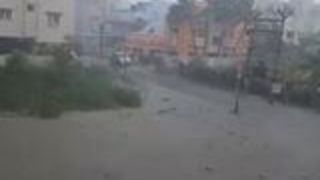 Strong Winds Hit Chennai as Cyclone Vardah Sweeps Through - Video