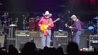 This crowd became patriotic during Charlie Daniels' speech | Rare Country - Video