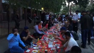 Muslim Community Holds Iftar Meal on the Street Following Grenfell Tower Fire - Video