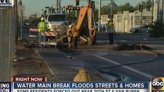 Phoenix water main break floods streets and homes - Video