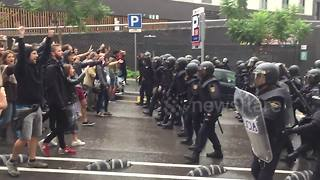 Barcelona residents drive back Spanish riot police - Video