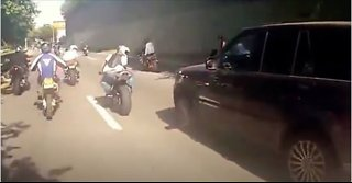 Motor gang in a fight with Range rover
