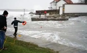 Passersby Rescue Swimmer from Rough Sea in Dún Laoghaire - Video