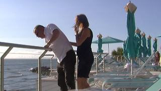 Man drops engagement ring into ocean during proposal - Video
