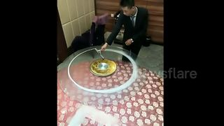 Chinese waiter brings table cleaning skills to a new level - Video