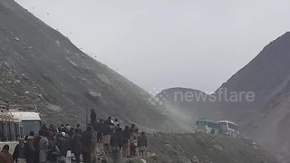 Terrifying landslide caught on camera in Pakistan - Video