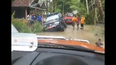 Rescues Carried Out on Flood-Ravaged Java