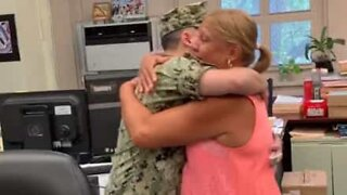 Daughter reunites with mom after serving in the navy for a year