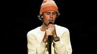 Justin Bieber's GETS EMOTIONAL During People's Choice Awards Performance!
