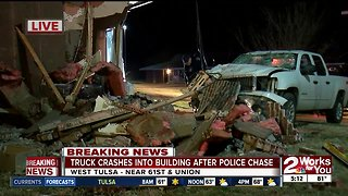 Truck crashes into apartment building during police chase - Video
