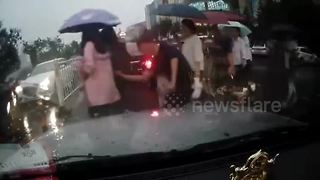 Pickpocket steals woman's phone as she crosses the road - Video