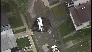 Van swallowed by sinkhole in Cleveland - Video