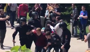 Arrests at Anti-Corruption Demonstrations in Russia - Video