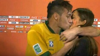 Neymar kisses Casillas's girlfriend Sara Carbonero - Video