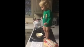 Baby tosses popcorn to dog in epic slow motion - Video