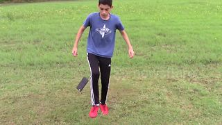 This kid can juggle anything using his feet - Video