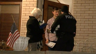Denver police hand out light bulbs - Video