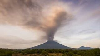 Impressive time-lapse shows Bali volcano releasing ashes