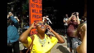 People watch solar eclipse in New York City - Video