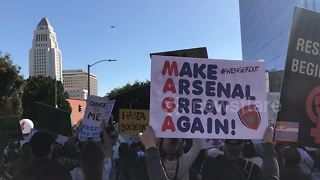 'Wenger Out' sign spotted at Los Angeles 2018 Women's March - Video