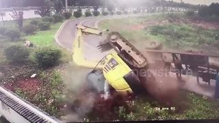 Lucky passenger leaps out of lorry before it flips over at turning - Video