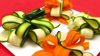 Learn how to quickly make a gift bow with a zucchini - Video