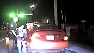 Police officer attacked during traffic stop - Video