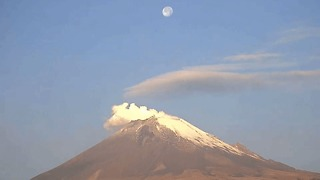 Timelapse Shows Moon Over Mexico's Popocatepetl Volcano - Video