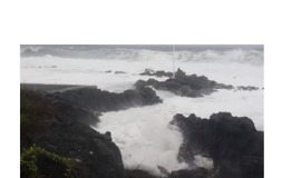 Tropical Cyclone Whips Crashing Waves on Reunion Island's Shore - Video
