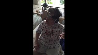 Grandma tries virtual reality for the first time ever - Video