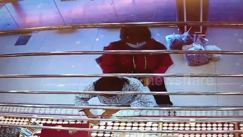 Thai woman robs gold shop while daughter, 4, waits in car