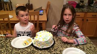 Siblings have opposing reactions to baby gender reveal - Video