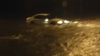 Driver Gets Stuck in Kansas City Floodwater - Video