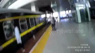 Two-year-old girl that fell between platform and train rescued by cop - Video