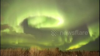 Stunning northern lights display over Canada - Video