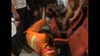 Firefighters rescue child stuck in folding chair in cinema - Video
