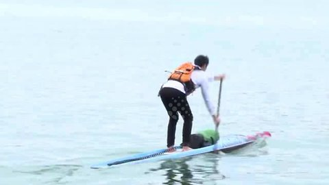 Man paddles across Yangtze River in Chongqing to cut commuting time