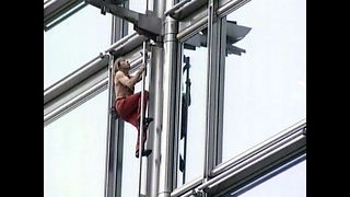 French 'Spiderman' Climbs Hong Kong High Rise - Video