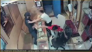 Dumb thief fails in attempt to rob jewellery shop - Video