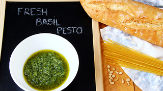 How to make green basil pesto: Homemade recipe - Video