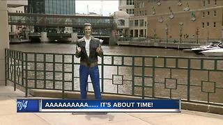 Bronz Fonz finally gets blue jeans - Video