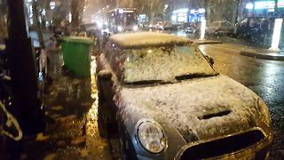 First snow of the season falls in Paris - Video