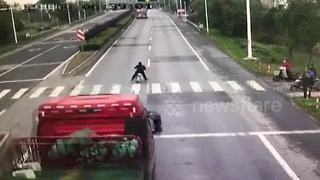 Lorry takes out traffic lights before crashing into river to avoid scooter - Video