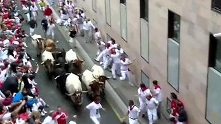 2 injured in Pamplona Bull-Run Festival - Video