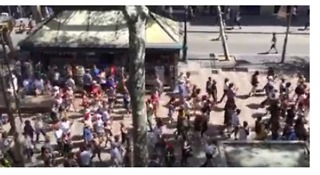 Crowds Chant 'We Are Not Afraid' at Site of Barcelona Attack - Video