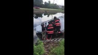 One injured in Naples when SUV rolls into canal - Video