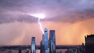 SPECTACULAR MOMENT LIGHTNING STORM AND SUNSET APPEAR IN SYNC OVER CITY