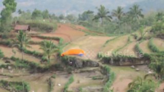Paraglider crash-lands on rocks in Indonesia - Video